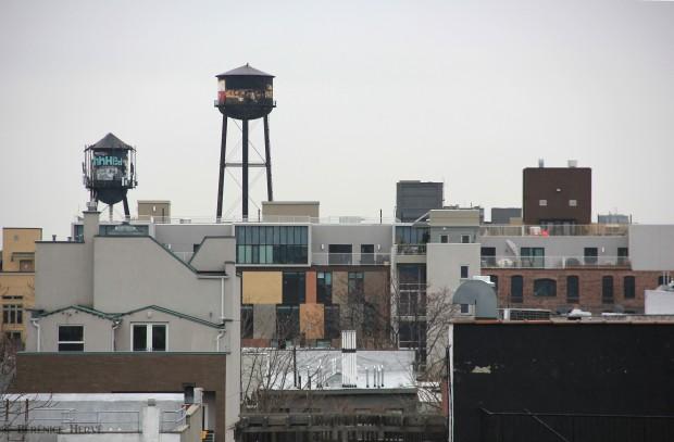 Réservoirs à eau sur les nouveaux immeubles de Greenpoint, Brooklyn