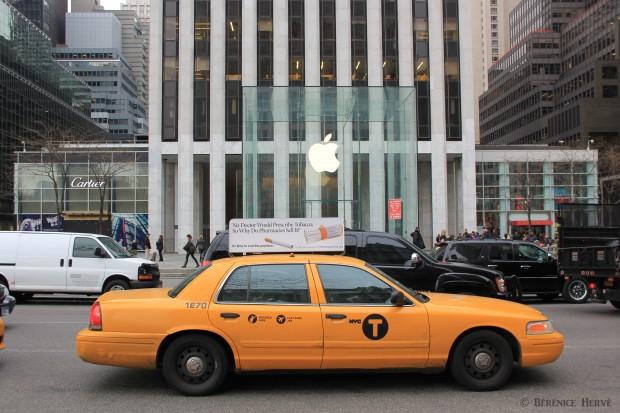 Taxi new yorkais devant l'apple store, Manhattan