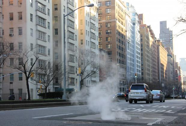 Bouche d'égoût fumante sur Park avenue, Manhattan