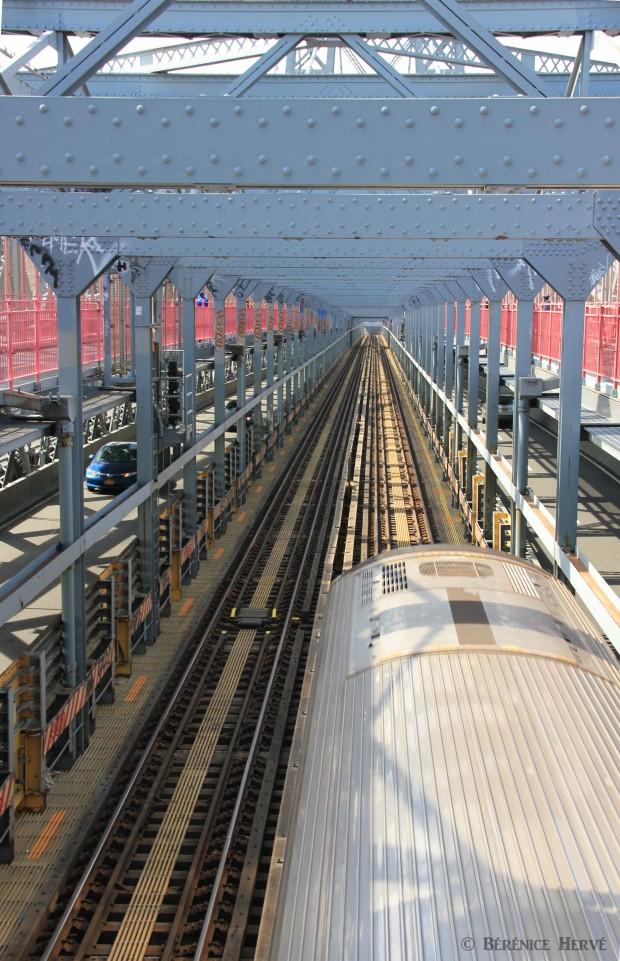En direction de Manhattan en métro par le pont de Williamsburg, New York